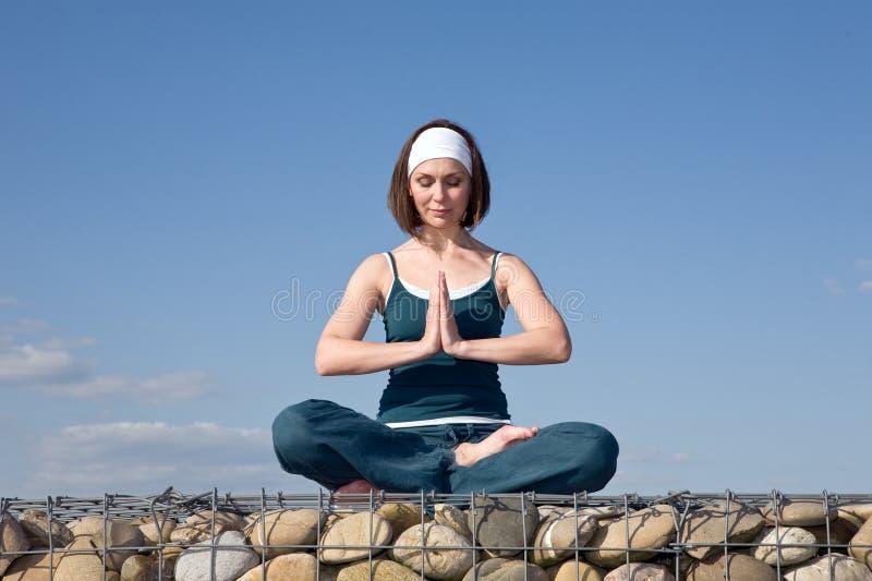 Mulher que faz exercícios da ioga fotografia de stock
