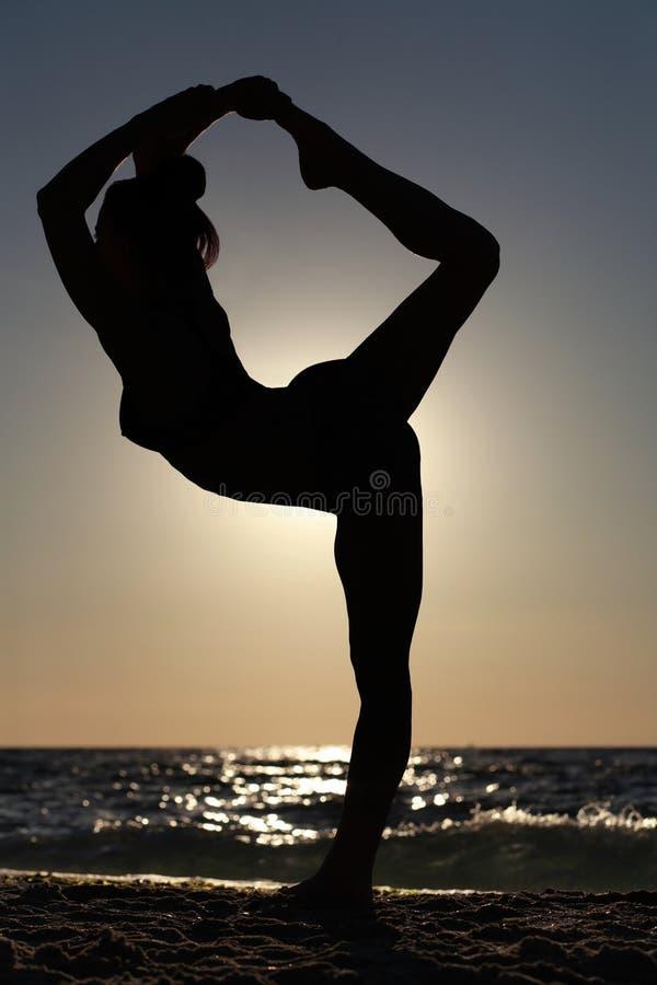 Mulher que faz a figura da ioga fotos de stock