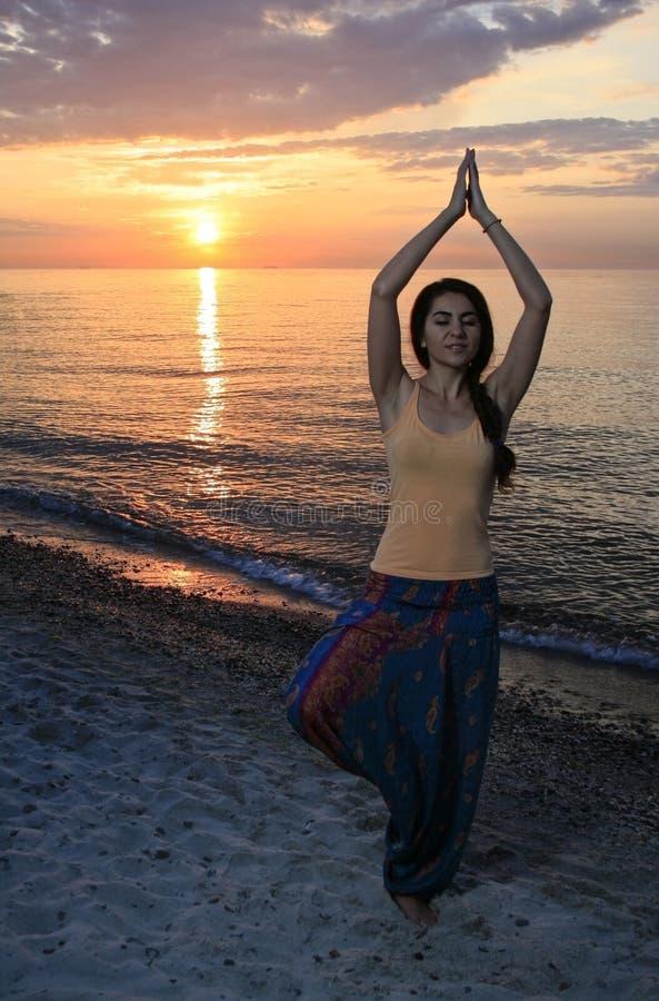 Mulher que faz a figura da ioga foto de stock