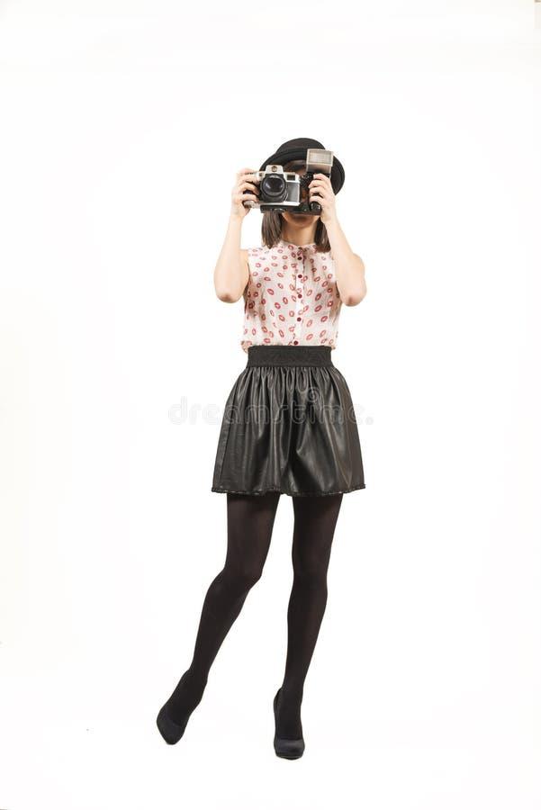 Mulher que faz fotos com a câmera do filme do vintage fotografia de stock