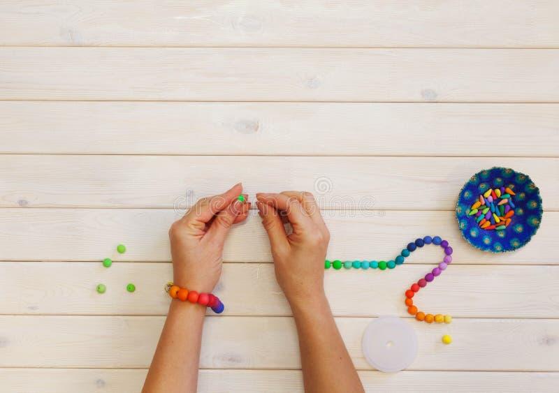 Mulher que faz grânulos coloridos Argila do polímero Fundo do wo branco fotos de stock
