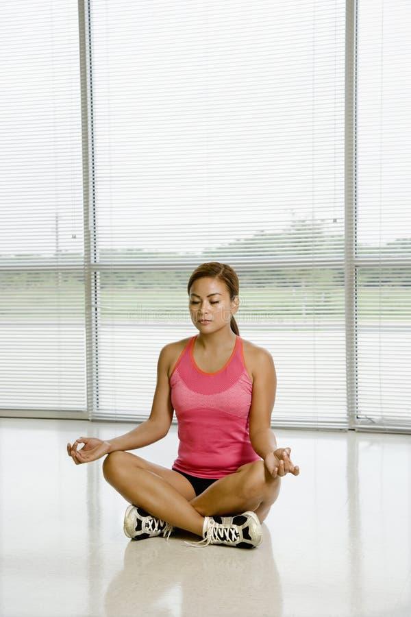 Mulher que faz a ioga. fotografia de stock royalty free