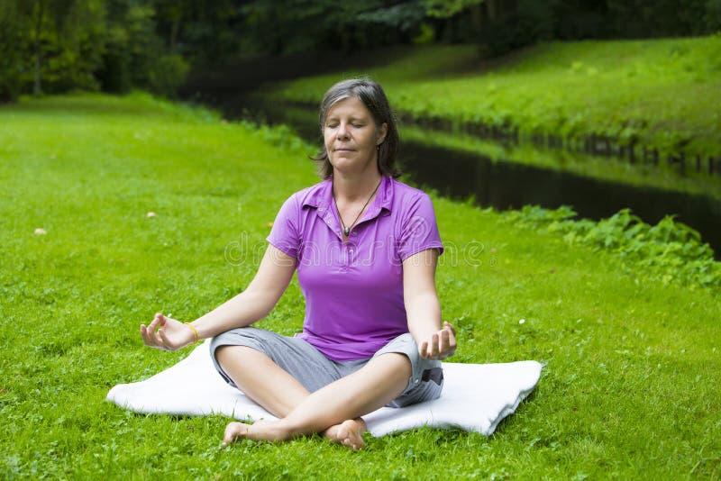 Mulher que faz a ioga fotografia de stock