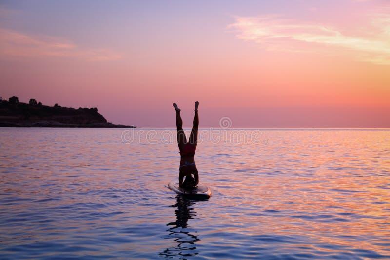 Mulher que faz a ioga ao ar livre imagem de stock royalty free