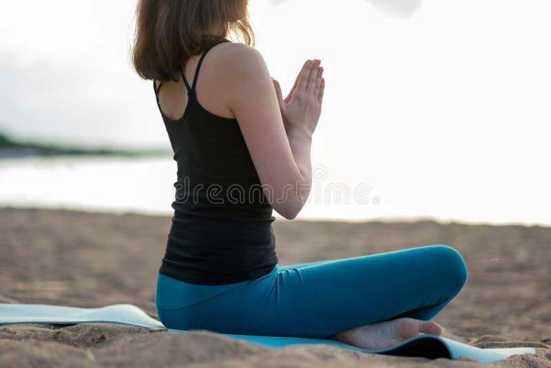 Mulher que faz a ioga - meditando e relaxando em Padmasana Lotus Pose imagens de stock royalty free