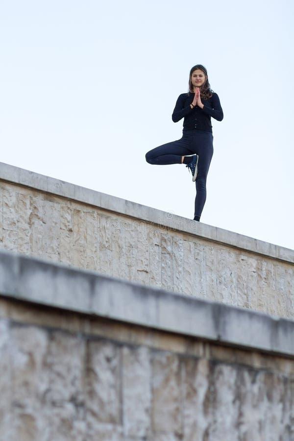 Mulher que faz a ioga na cidade fotografia de stock
