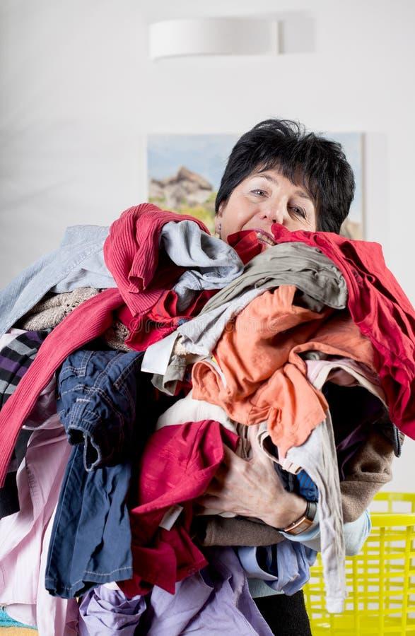 Mulher que faz a lavanderia fotografia de stock royalty free