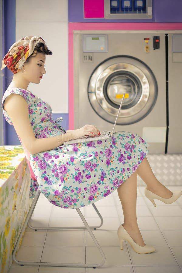 Mulher que faz a lavanderia foto de stock