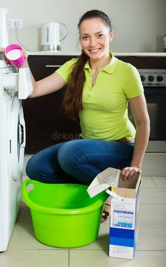 Mulher que faz a lavanderia em casa imagem de stock royalty free
