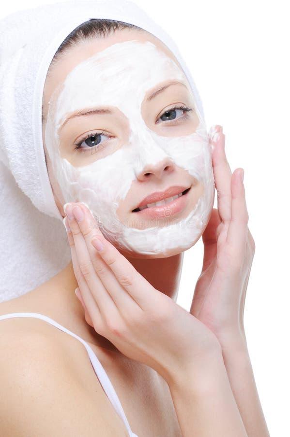 Mulher que faz a máscara cosmética imagens de stock royalty free