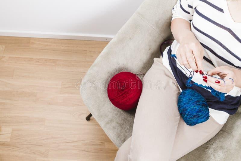 Mulher que faz malha o lenço azul com lãs azuis fotos de stock royalty free
