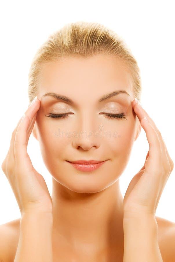 Mulher que faz massagens sua cabeça fotos de stock