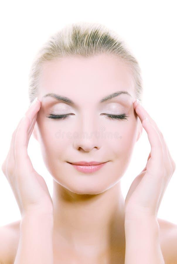 Mulher que faz massagens sua cabeça imagem de stock