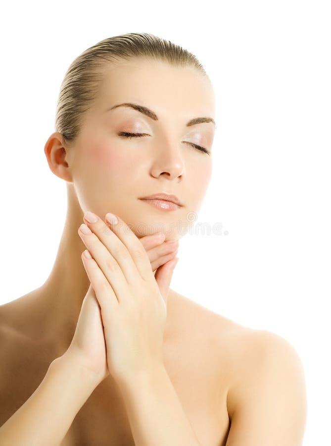 Mulher que faz massagens sua face foto de stock royalty free