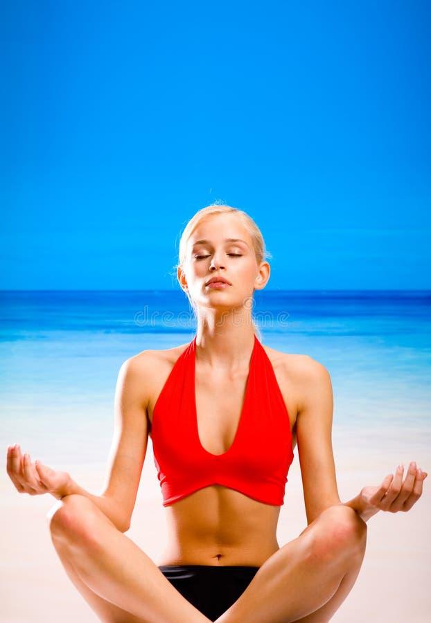 Mulher que faz movimentos da ioga fotos de stock royalty free