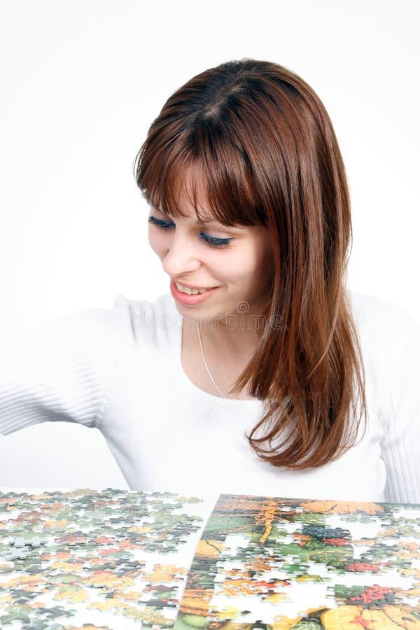 Mulher que faz o enigma imagem de stock royalty free