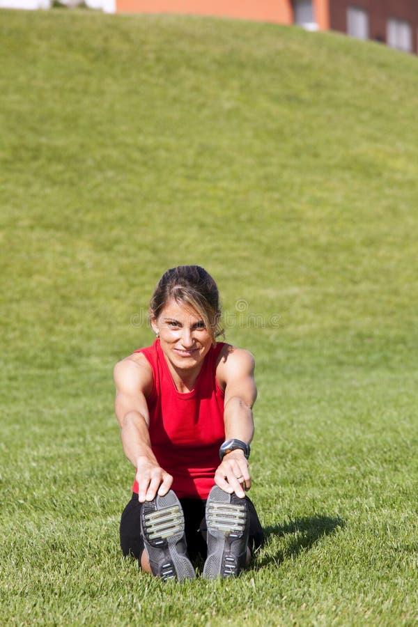 Mulher que faz o exercício ao ar livre fotografia de stock royalty free