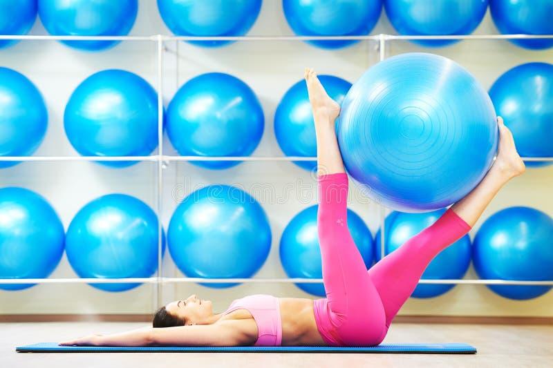 Mulher que faz o exercício com bola da aptidão foto de stock