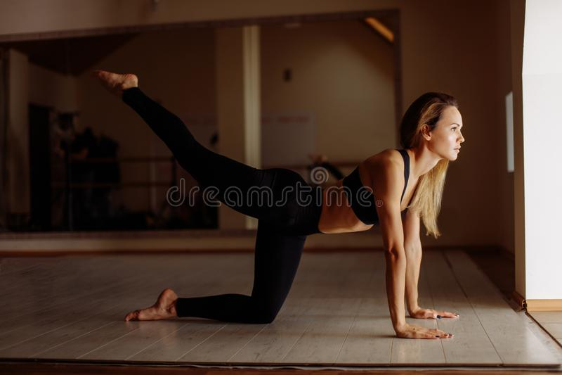 Mulher que faz o exercício da prancha com pés exercício do treinamento do conceito imagem de stock royalty free