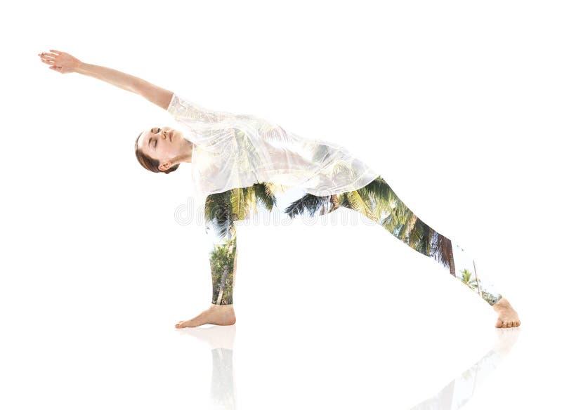 Mulher que faz o exercício e a folha da ioga fotos de stock royalty free