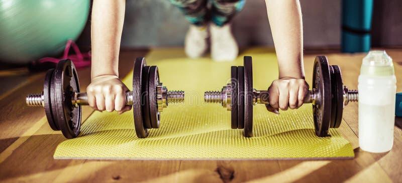 Mulher que faz o exercício no gym em esteiras da ioga foto de stock royalty free