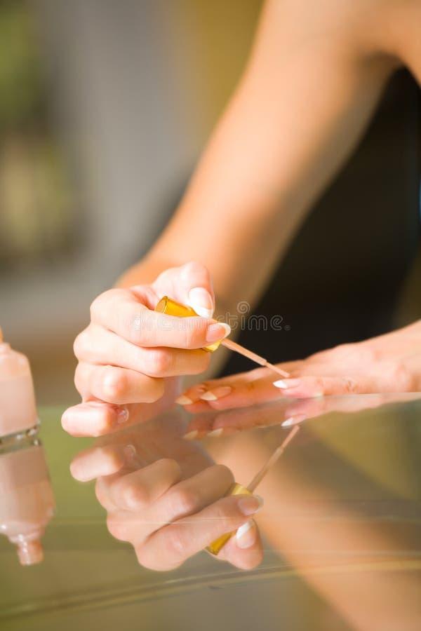 Mulher que faz o manicure imagem de stock royalty free