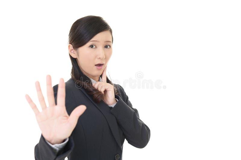 Mulher que faz o sinal do batente imagens de stock
