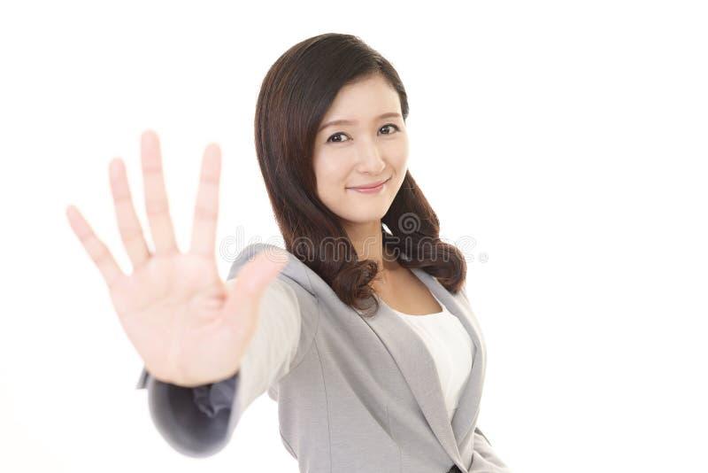 Mulher que faz o sinal do batente fotografia de stock