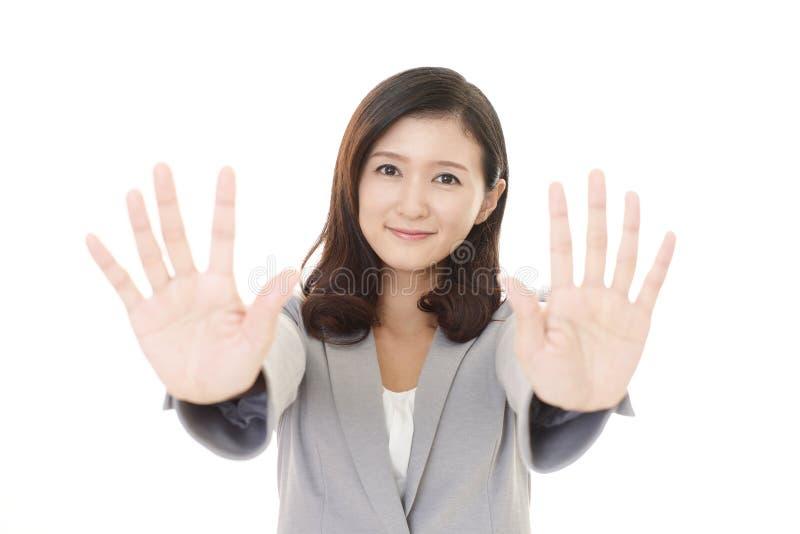 Mulher que faz o sinal do batente imagem de stock