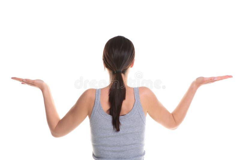 Mulher que faz a opinião traseira da ioga. fotos de stock