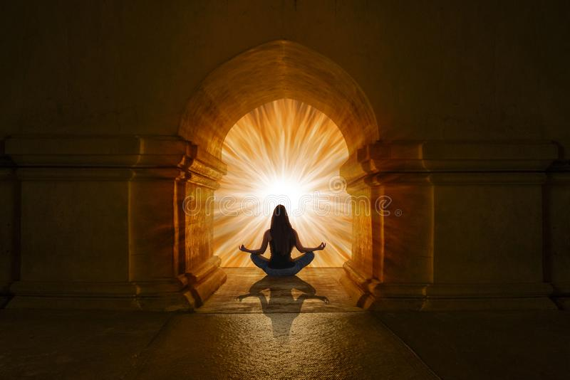 Mulher que faz posições e meditar da ioga fotografia de stock royalty free