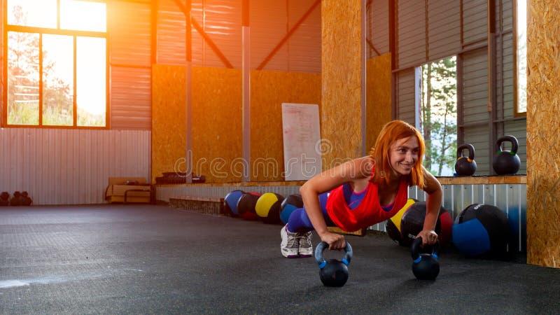 Mulher que faz push-ups fotografia de stock royalty free