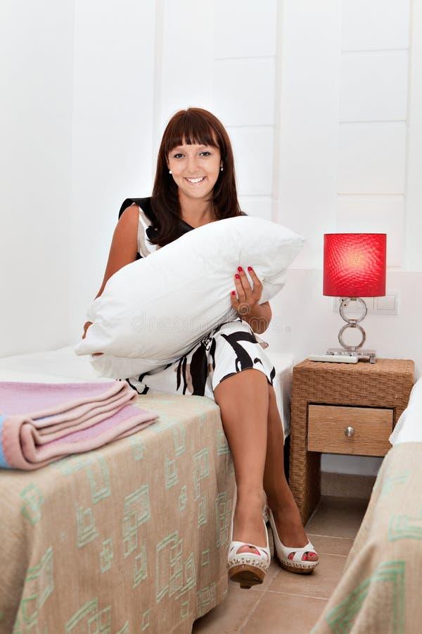 Mulher que faz trabalhos domésticos imagem de stock royalty free