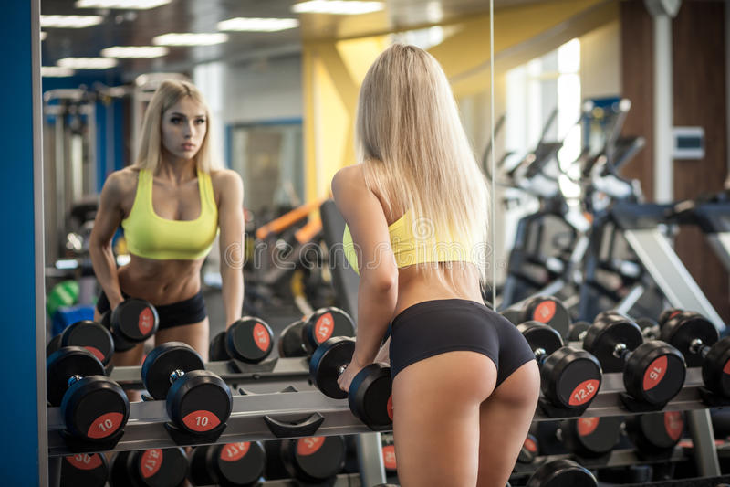 Mulher que faz um exercício com pesos fotos de stock royalty free