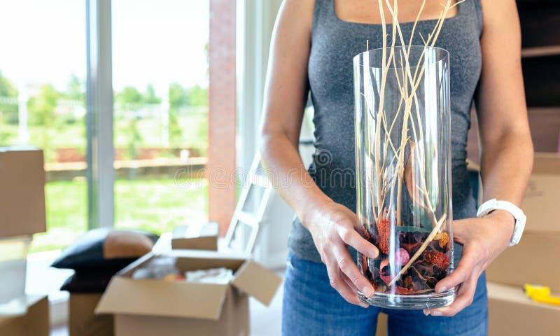 Mulher que faz um movimento que mostra um vaso foto de stock