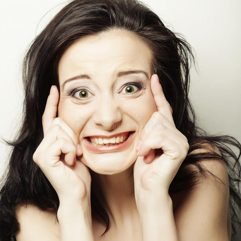 Mulher que faz uma face engraçada imagens de stock