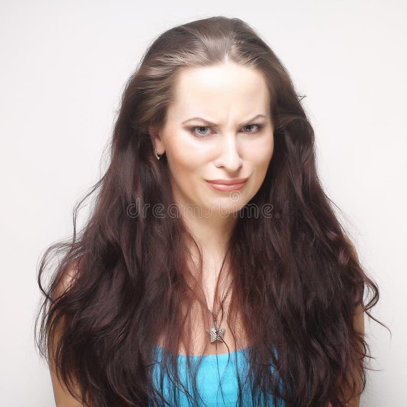 Mulher que faz uma face engraçada fotos de stock royalty free