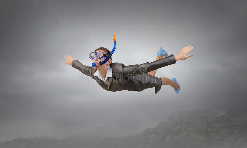 Mulher que flutua no céu Meios mistos foto de stock