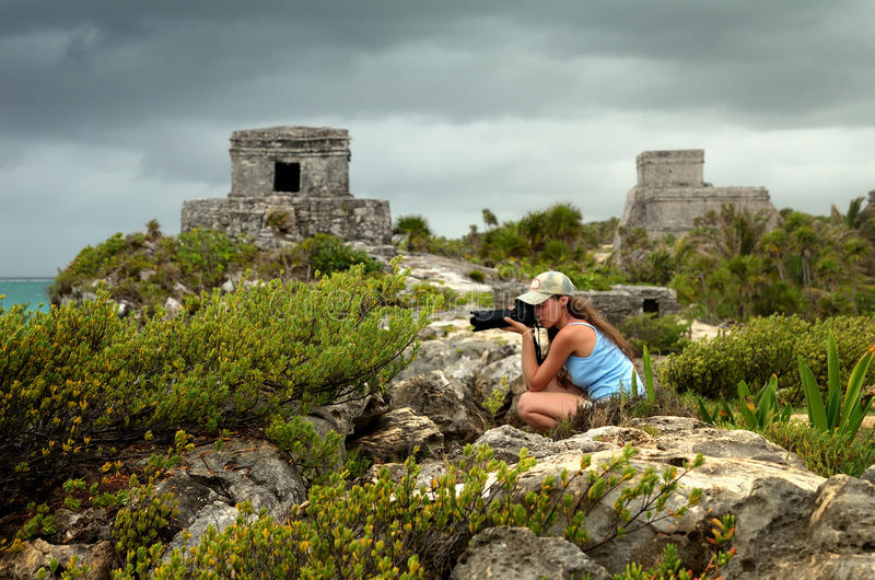 Mulher que fotografa a costa das caraíbas antes da chuva contra fotos de stock