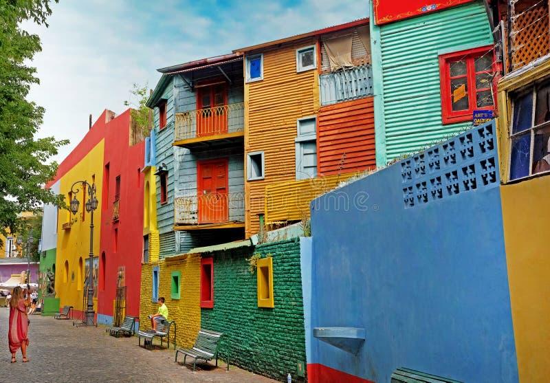 Mulher que fotografa uma criança na frente das construções coloridas do La argentino Boca do distrito, em Buenos Aires, durante fotografia de stock royalty free