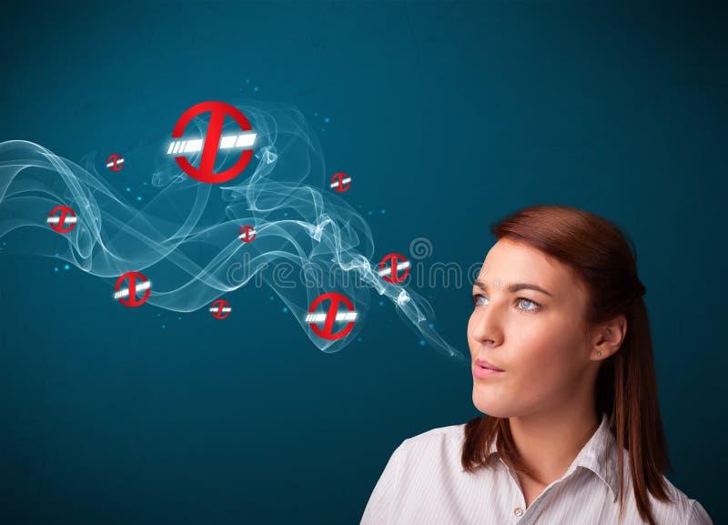 Mulher que fuma o cigarro perigoso foto de stock royalty free