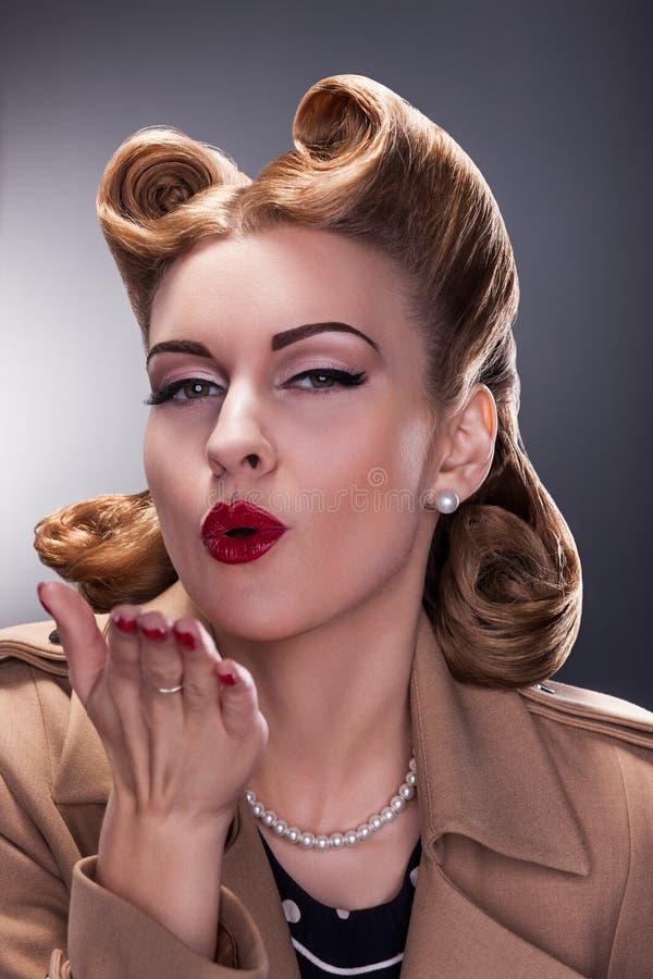 Mulher que funde um beijo - estilo antiquado imagem de stock royalty free