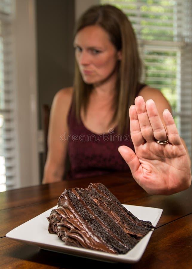 Mulher que gira para baixo o bolo de chocolate fotos de stock royalty free