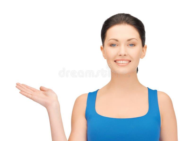 Mulher que guarda algo na palma fotos de stock royalty free