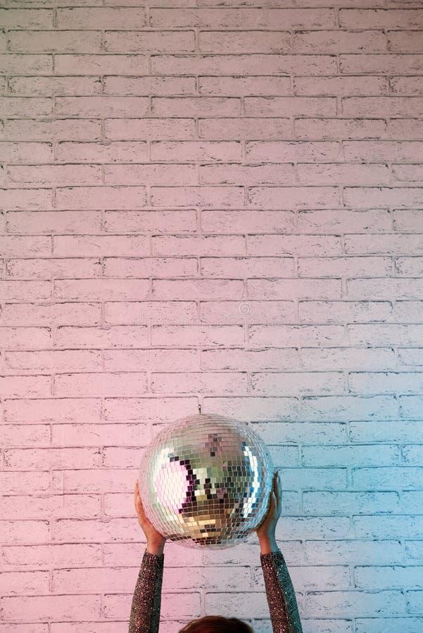 Mulher que guarda a bola do disco fotografia de stock