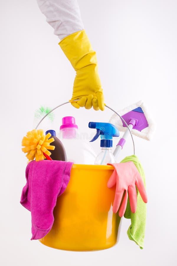 Mulher que guarda a cesta com produtos de limpeza imagens de stock royalty free