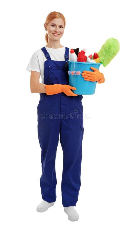 Mulher que guarda a cubeta com agentes e fontes de limpeza imagem de stock