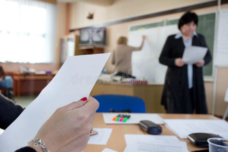 Mulher que guarda de papel no curso de formação fotografia de stock