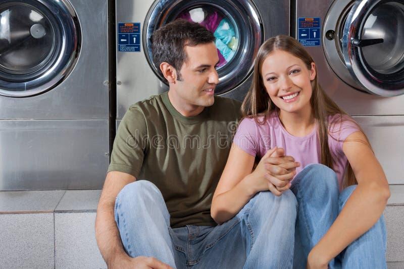 Mulher que guarda a mão do homem na lavagem automática imagens de stock royalty free