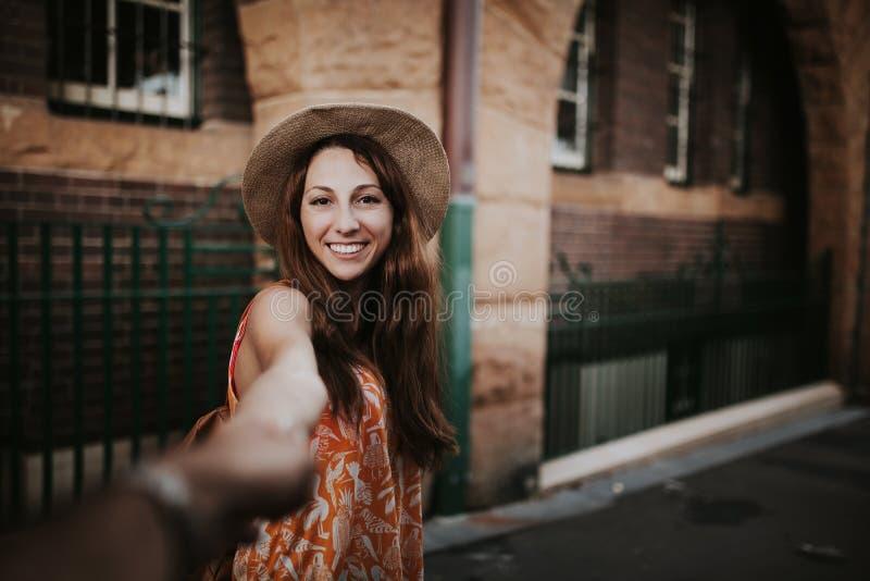 Mulher que guarda a mão do noivo, ao tomar uma foto dela imagem de stock